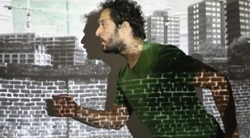 Claudio Santamaria in una scena dello spettacolo