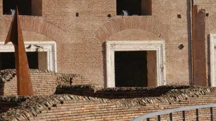 Crisi di una piramide e i due obelischi Foto Eugenio Monti
