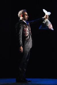 Hossein Taheriin una scena dello spettacolo. Foto di Bepi Caroli