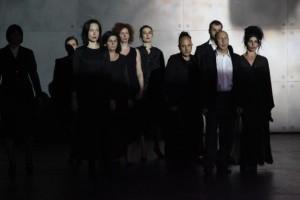 Una scena dello spettacolo. Foto di Maria Bratos
