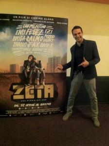 Gavasso davanti alla locandina del film Zeta