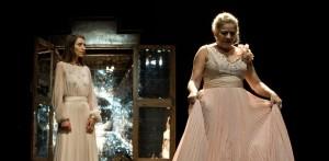 """Monica Piseddu e Milvia Marigliano in una scena de """"Lo zoo di vetro"""". Foto di Laila Pozzo."""