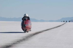 BURT MUNRO THE WORLD'S FASTEST INDIAN  YEAR: 2005 - NEW ZEALAND / USA ANTHONY HOPKINS  DIRECTOR: ROGER DONALDSON CINEMA, LAC SAL?, ?TANG, LAHE, SALT LAKE, MOTO, MOTOCYCLETTE, MOTORBIKE, SPORT, COURSE MOTO, MOTORCYCLE RACES The world's fastest Indian (2005) New Zealand / USA - 02-00129665 - PHOTO12