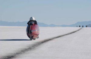 BURT MUNRO THE WORLD'S FASTEST INDIAN  YEAR: 2005 - NEW ZEALAND / USA ANTHONY HOPKINS  DIRECTOR: ROGER DONALDSON CINEMA, LAC SAL?, ?TANG, LAHE, SALT LAKE, MOTO, MOTOCYCLETTE, MOTORBIKE, SPORT, COURSE MOTO, MOTORCYCLE RACES The world's fastest Indian (2005) New Zealand / USA - 02-00129665 - PHOTO12