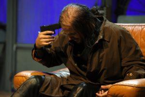 Marco D'Amore in una scena dello spettacolo. Foto di Bepi Caroli